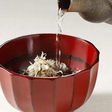 お湯を注ぎお醤油をたせばお吸い物にも。
